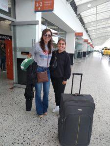 Aura holt Elira vom Flughafen ab.